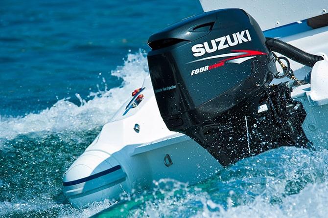 Suzuki buitenboordmotor op boot